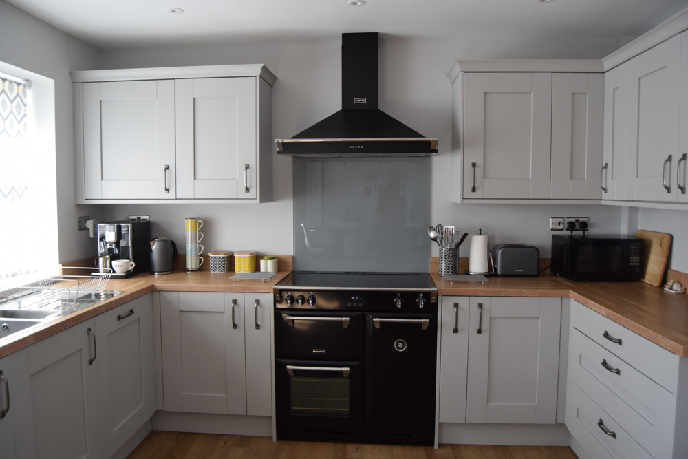 Dove Grey Wood Effect Shaker With A Square Edge Natural Blocked Oak Laminate Worktop Bluewater Bathrooms Kitchens